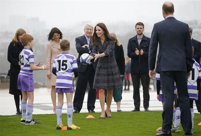 Công nương Kate lần đầu mặc cả set đồ Chanel, chi tới hơn 500 triệu cho cả trang phục lẫn phụ kiện - Ảnh 1.