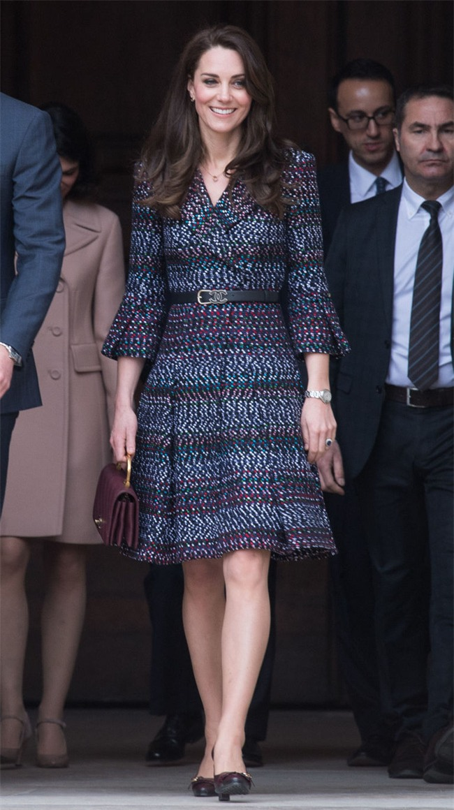 Công nương Kate lần đầu mặc cả set đồ Chanel, chi tới hơn 500 triệu cho cả trang phục lẫn phụ kiện - Ảnh 3.