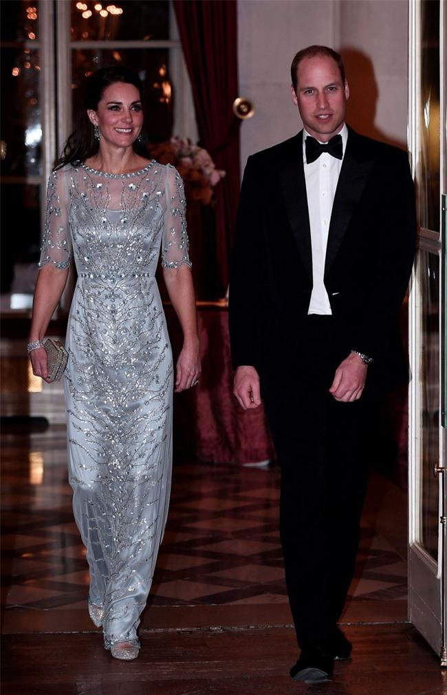 Công nương Kate lần đầu mặc cả set đồ Chanel, chi tới hơn 500 triệu cho cả trang phục lẫn phụ kiện - Ảnh 6.