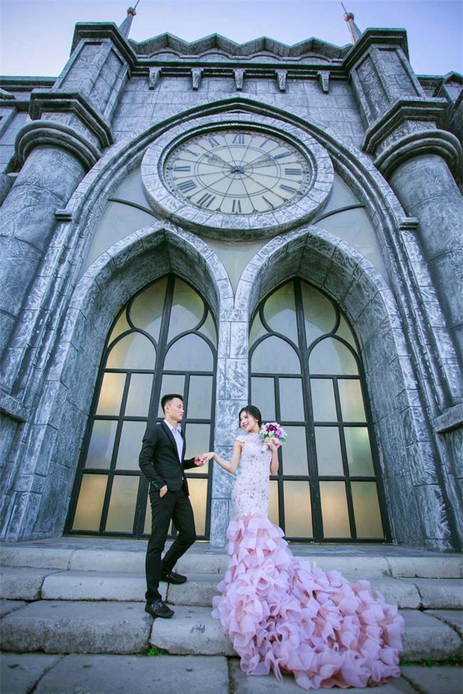 Đám cưới độc: Chú rể được tặng kiềng vàng đeo kín cổ, cô dâu ngẩn ngơ đứng nhìn - Ảnh 5.