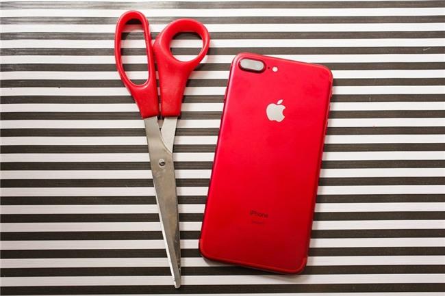 So mau do cua iPhone 7 voi lon Coca, bong Pokemon hinh anh 5