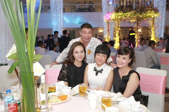 Công Lý cười tươi bên cạnh cả tình mới lẫn vợ cũ tại đám cưới MC Thành Trung - Ảnh 2.