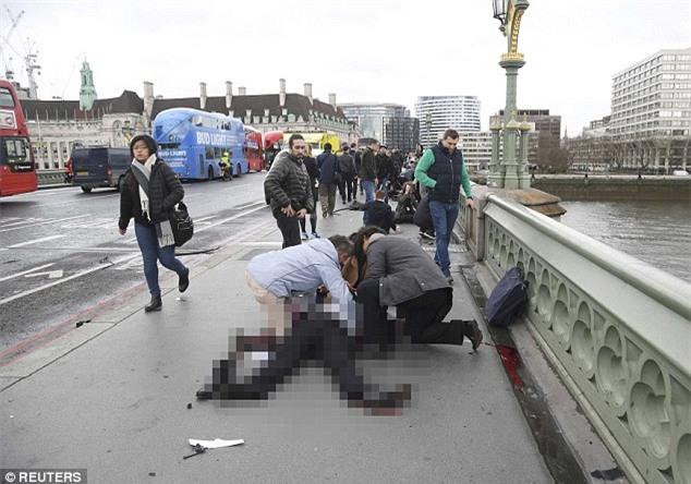 Người đàn ông bị chỉ trích vì cẩn thận selfie ngay tại hiện trường vụ khủng bố ở Anh - Ảnh 3.