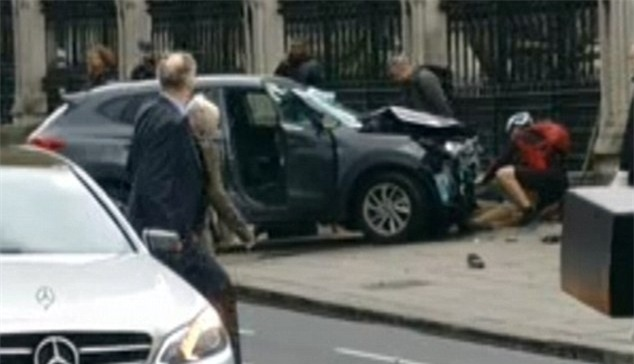 Người đàn ông bị chỉ trích vì cẩn thận selfie ngay tại hiện trường vụ khủng bố ở Anh - Ảnh 4.