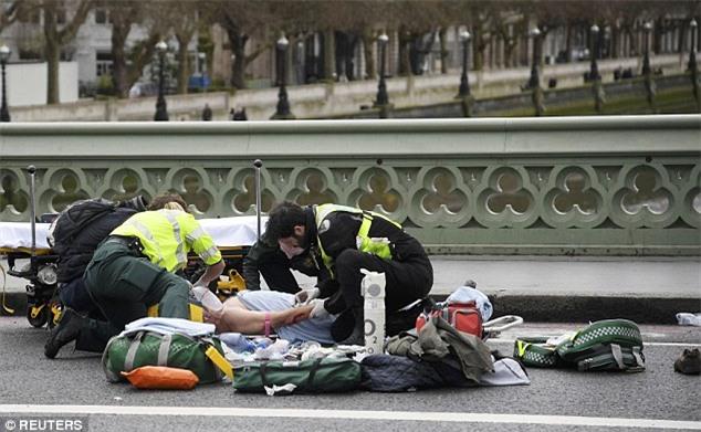 Người đàn ông bị chỉ trích vì cẩn thận selfie ngay tại hiện trường vụ khủng bố ở Anh - Ảnh 6.