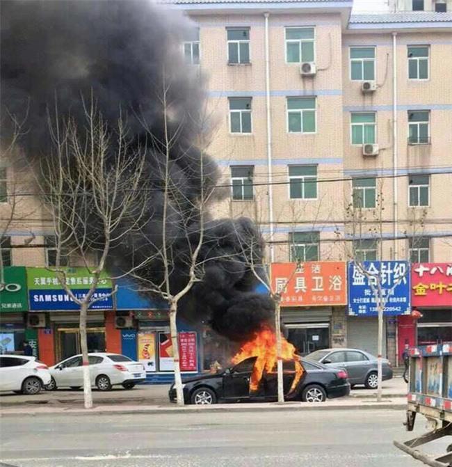 Trung Quốc: 2 đứa trẻ bị bỏ lại trong xe dùng bật lửa thiêu rụi cả chiếc Audi A6 - Ảnh 1.