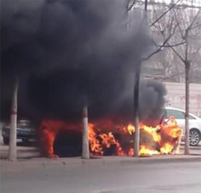 Trung Quốc: 2 đứa trẻ bị bỏ lại trong xe dùng bật lửa thiêu rụi cả chiếc Audi A6 - Ảnh 2.