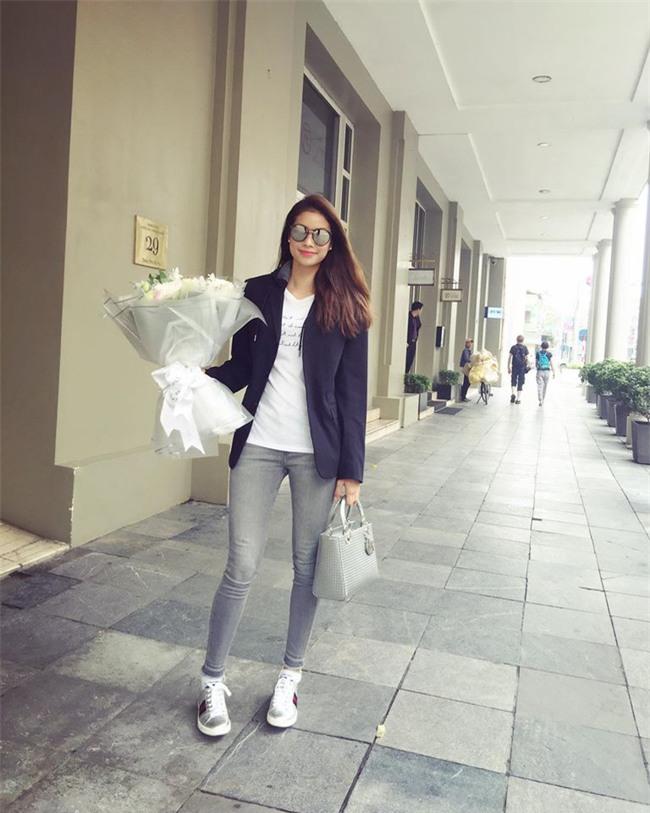 Hơn nhau có 1 tuổi, nhưng Kỳ Duyên chọn cây đen già dặn còn Angela Phương Trinh vẫn nhí nhảnh trong street style tuần qua - Ảnh 1.