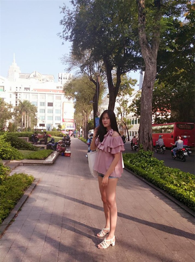 Hơn nhau có 1 tuổi, nhưng Kỳ Duyên chọn cây đen già dặn còn Angela Phương Trinh vẫn nhí nhảnh trong street style tuần qua - Ảnh 11.