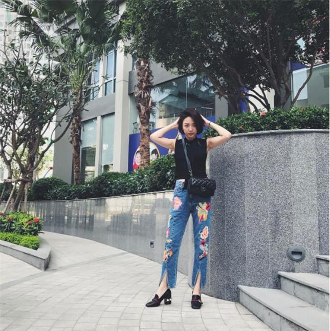 Hơn nhau có 1 tuổi, nhưng Kỳ Duyên chọn cây đen già dặn còn Angela Phương Trinh vẫn nhí nhảnh trong street style tuần qua - Ảnh 13.