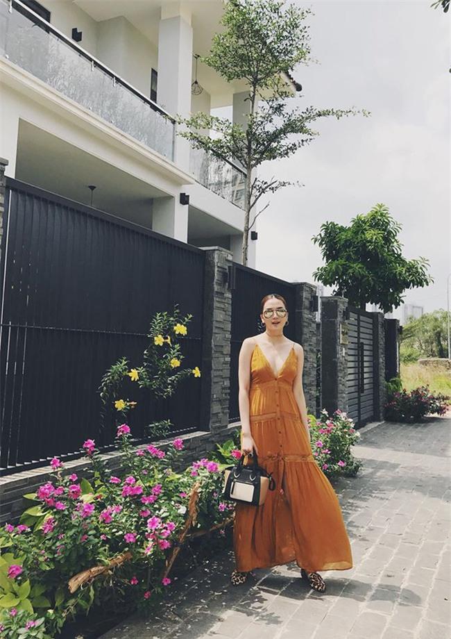 Hơn nhau có 1 tuổi, nhưng Kỳ Duyên chọn cây đen già dặn còn Angela Phương Trinh vẫn nhí nhảnh trong street style tuần qua - Ảnh 16.