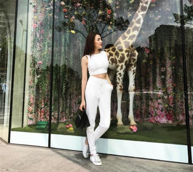 Hơn nhau có 1 tuổi, nhưng Kỳ Duyên chọn cây đen già dặn còn Angela Phương Trinh vẫn nhí nhảnh trong street style tuần qua - Ảnh 17.