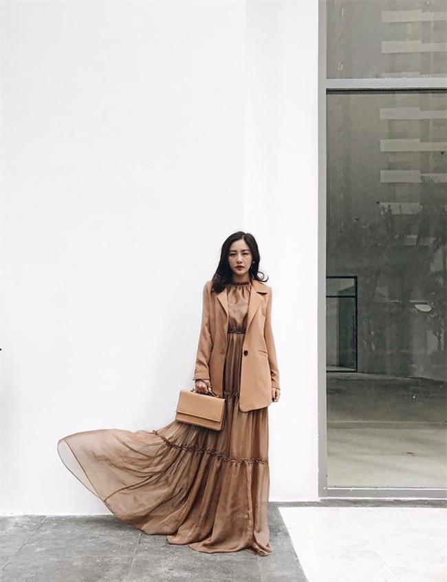 Hơn nhau có 1 tuổi, nhưng Kỳ Duyên chọn cây đen già dặn còn Angela Phương Trinh vẫn nhí nhảnh trong street style tuần qua - Ảnh 18.