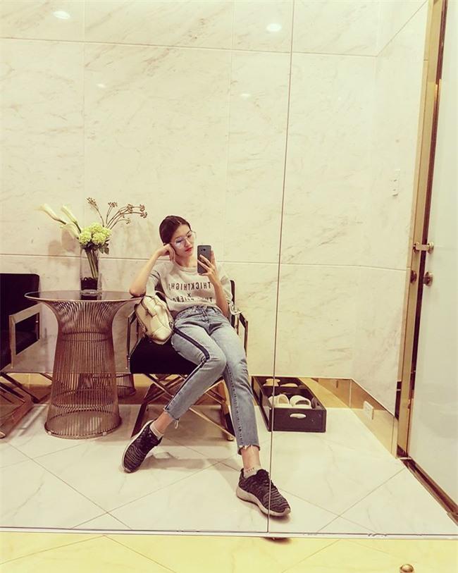Hơn nhau có 1 tuổi, nhưng Kỳ Duyên chọn cây đen già dặn còn Angela Phương Trinh vẫn nhí nhảnh trong street style tuần qua - Ảnh 19.