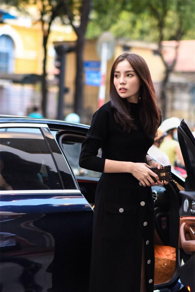 Hơn nhau có 1 tuổi, nhưng Kỳ Duyên chọn cây đen già dặn còn Angela Phương Trinh vẫn nhí nhảnh trong street style tuần qua - Ảnh 2.