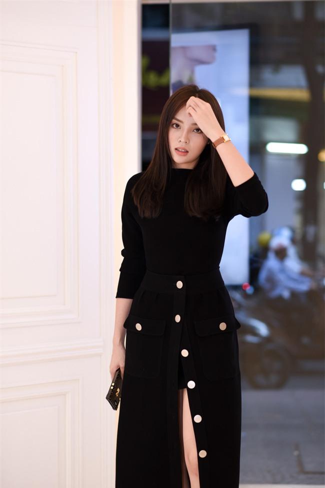 Hơn nhau có 1 tuổi, nhưng Kỳ Duyên chọn cây đen già dặn còn Angela Phương Trinh vẫn nhí nhảnh trong street style tuần qua - Ảnh 3.