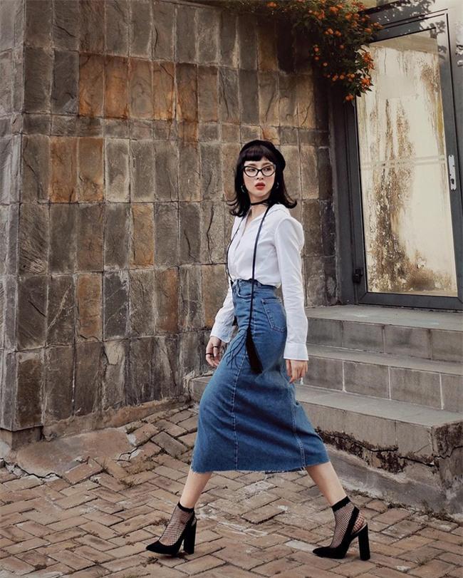 Hơn nhau có 1 tuổi, nhưng Kỳ Duyên chọn cây đen già dặn còn Angela Phương Trinh vẫn nhí nhảnh trong street style tuần qua - Ảnh 4.