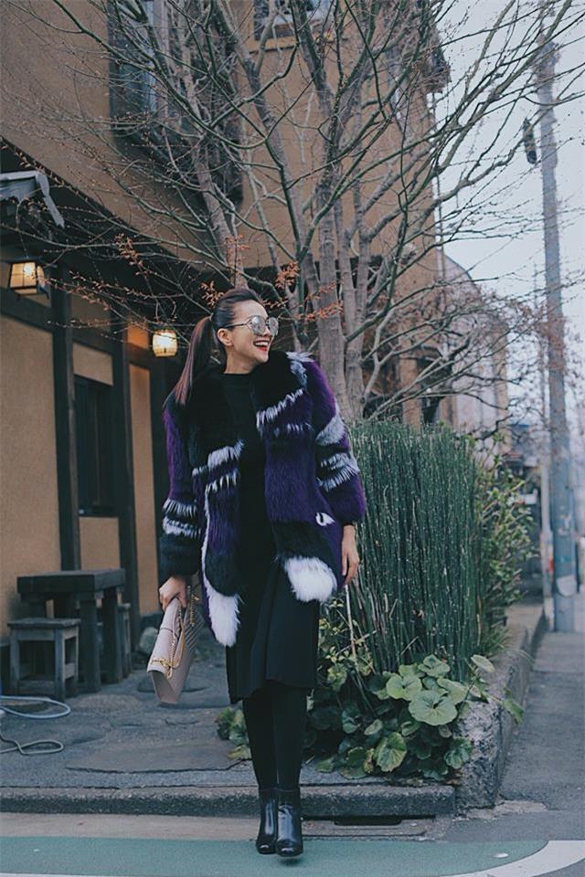 Hơn nhau có 1 tuổi, nhưng Kỳ Duyên chọn cây đen già dặn còn Angela Phương Trinh vẫn nhí nhảnh trong street style tuần qua - Ảnh 7.