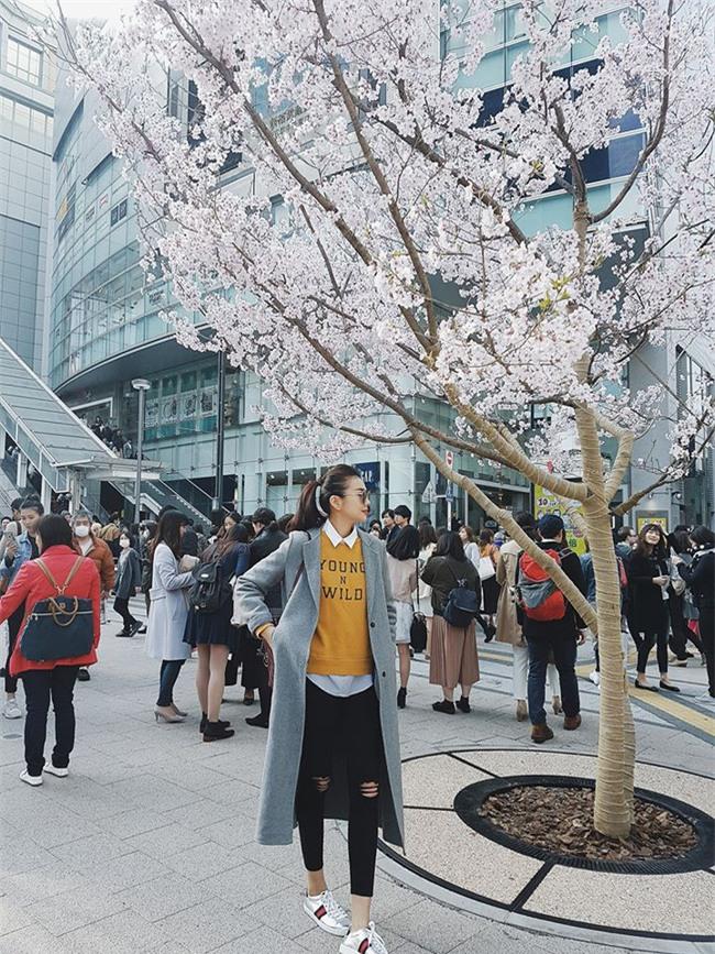 Hơn nhau có 1 tuổi, nhưng Kỳ Duyên chọn cây đen già dặn còn Angela Phương Trinh vẫn nhí nhảnh trong street style tuần qua - Ảnh 8.