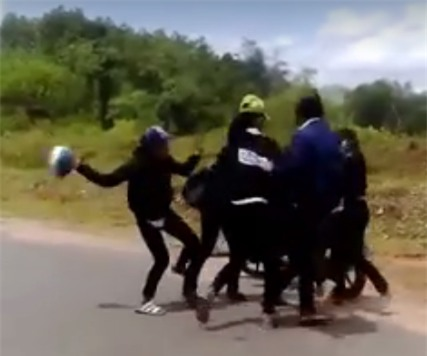 4 cô gái lao vào đánh 2 thiếu nữ, trong đó có cô dùng cả mũ bảo hiểm (Ảnh cắt từ clip)