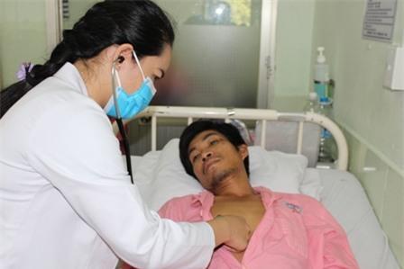 Bác sĩ đã chỉ định phẫu thuật nhưng gia đình quá nghèo nên anh Nhạn đang thoi thóp trong đau đớn