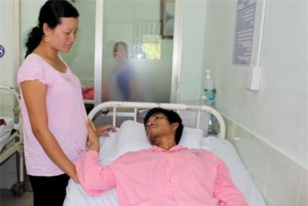 Người mẹ đau đớn nghĩ đến cảnh phải cho đứa con để nhận được chút đỉnh cứu chồng