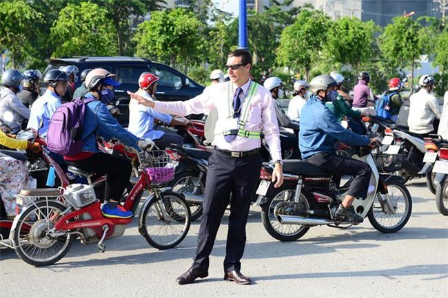 Thầy giáo Tây ở Sài Gòn mướt mồ hôi giải cứu kẹt xe vì sợ học sinh trễ giờ - Ảnh 1.
