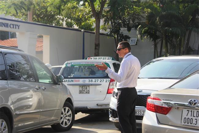 Thầy giáo Tây ở Sài Gòn mướt mồ hôi giải cứu kẹt xe vì sợ học sinh trễ giờ - Ảnh 2.