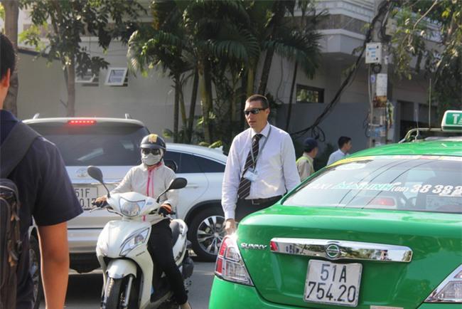 Thầy giáo Tây ở Sài Gòn mướt mồ hôi giải cứu kẹt xe vì sợ học sinh trễ giờ - Ảnh 4.
