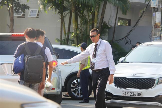 Thầy giáo Tây ở Sài Gòn mướt mồ hôi giải cứu kẹt xe vì sợ học sinh trễ giờ - Ảnh 5.