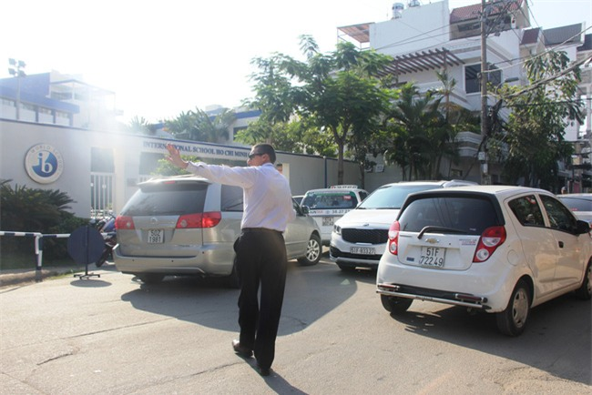 Thầy giáo Tây ở Sài Gòn mướt mồ hôi giải cứu kẹt xe vì sợ học sinh trễ giờ - Ảnh 6.