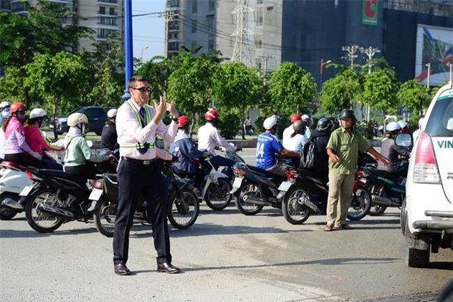Thầy giáo Tây ở Sài Gòn mướt mồ hôi giải cứu kẹt xe vì sợ học sinh trễ giờ - Ảnh 7.