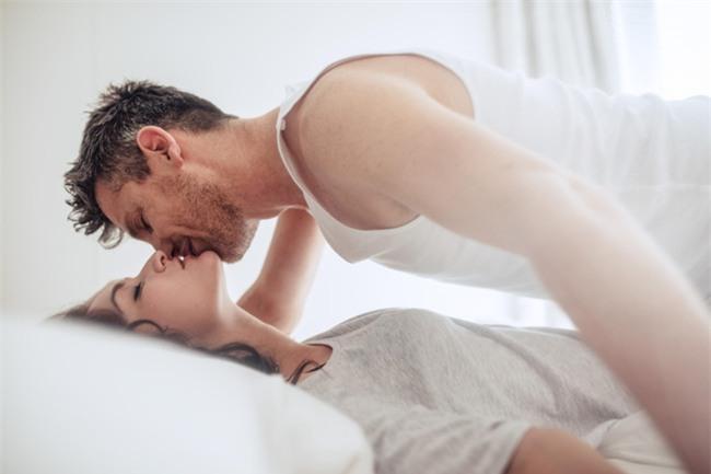 """Bạn biết đàn ông rất nghiện """"chuyện ấy"""" vào buổi sáng chứ? Đây là lý do… - Ảnh 1."""