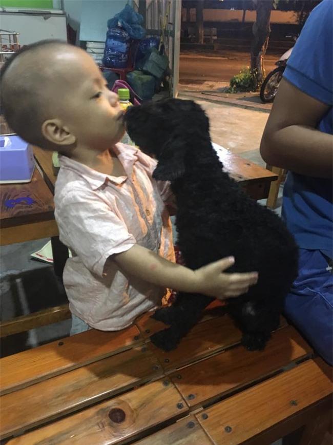 Bức ảnh về tình chị em của cô chó 3 tuổi và cậu nhóc 2 tuổi đốn tim dân mạng - Ảnh 4.