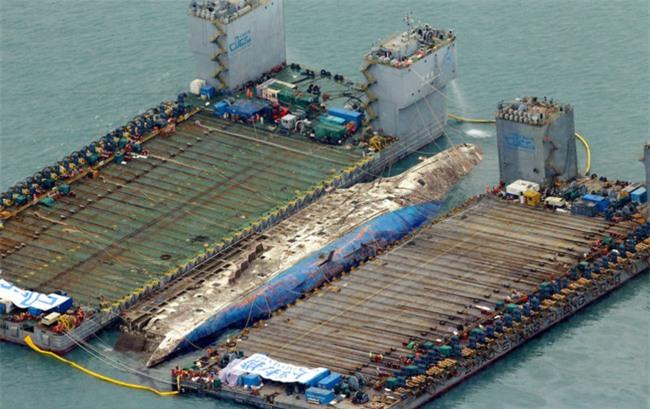 Chùm ảnh: Lạnh người với hình ảnh phà Sewol gỉ sét nghiêm trọng sau 3 năm chìm sâu dưới đáy đại dương - Ảnh 2.