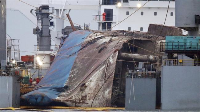 Chùm ảnh: Lạnh người với hình ảnh phà Sewol gỉ sét nghiêm trọng sau 3 năm chìm sâu dưới đáy đại dương - Ảnh 14.