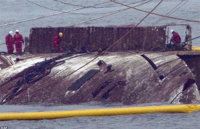 Chùm ảnh: Lạnh người với hình ảnh phà Sewol gỉ sét nghiêm trọng sau 3 năm chìm sâu dưới đáy đại dương - Ảnh 6.