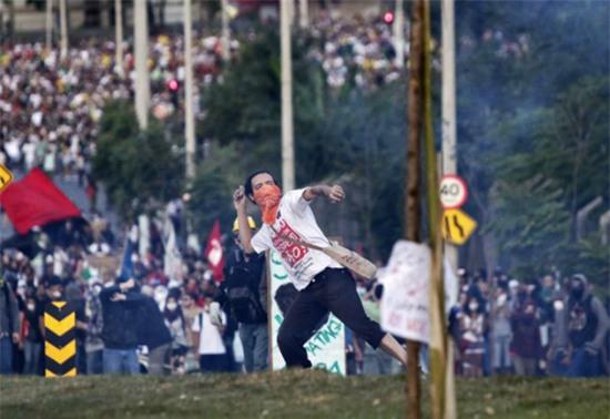 Người Brazil đang yêu bóng đá lại từ đầu - Ảnh 2.