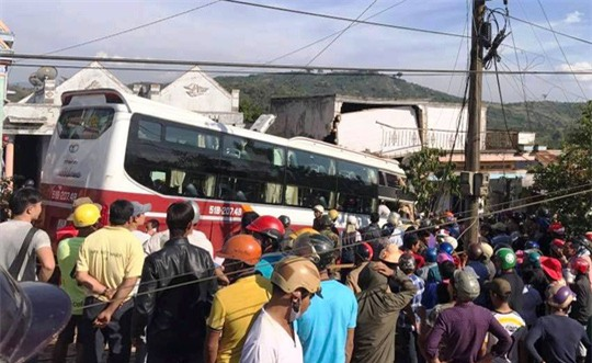 Xe khách của hãng Thành Bưởi tông sập nhà dân.