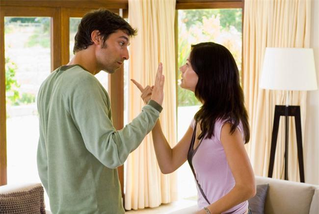 Đây là những kiểu nói chuyện của mấy bà vợ mà các ông chồng cực kì ghét phải nghe - Ảnh 1.