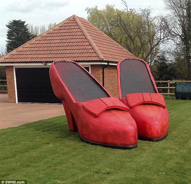 Thấy vợ mê giày, chồng làm luôn đôi giày khổng lồ giữa vườn cho vợ ngắm - Ảnh 3.