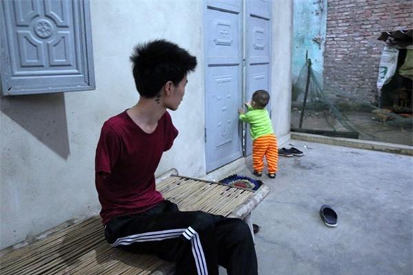 Rơi nước mắt hoàn cảnh chàng trai bị tai nạn mất tay, vợ bỏ đi, một mình chăm con thơ khát sữa - Ảnh 1.