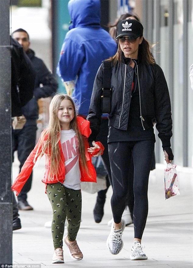 Harper diện đồ khỏe khoắn cùng mẹ Victoria xuống phố đi dạo  - Ảnh 1.
