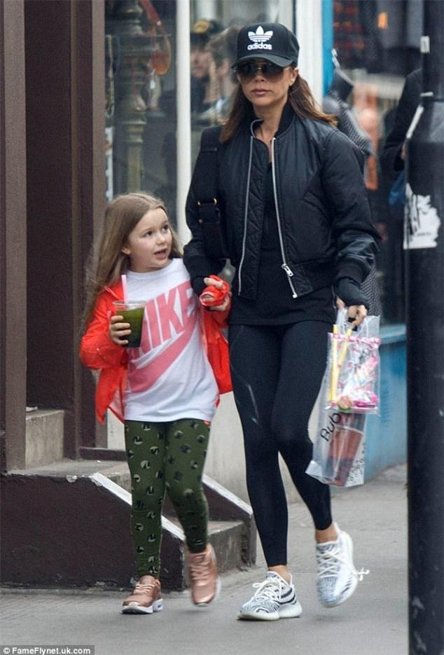 Harper diện đồ khỏe khoắn cùng mẹ Victoria xuống phố đi dạo  - Ảnh 2.