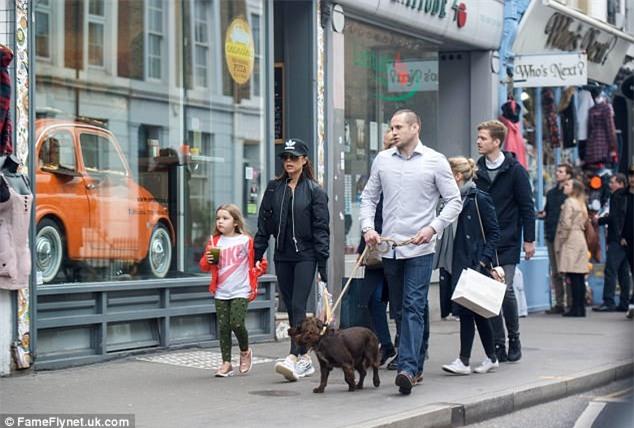 Harper diện đồ khỏe khoắn cùng mẹ Victoria xuống phố đi dạo  - Ảnh 3.