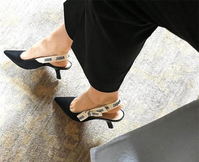 Đây mới thực sự là mẫu giày nàng công sở cần lưu tâm nhất trong hè này - Ảnh 16.
