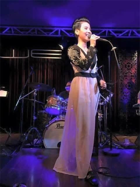 Vừa qua, Vũ Cát Tường gây bất ngờ khi diện váy đi hát. Tuy nhiên, bộ trang phục khiến người xem khó hiểu nữ ca sĩ đang mặc gì, liệu đây là váy hiện đại hay trang phục cổ trang cách điệu?