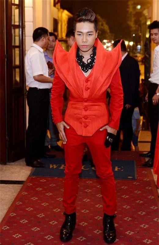 Nguyễn Đình Thanh Tâm cũng là ca sĩ nam khá ưa chuộng trang phục diễn cầu kì, có thiết kế lạ mắt. Phong cách thời trang của anh chàng luôn gây tranh cãi.