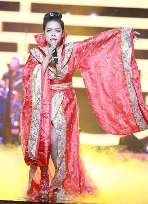 Đến với Bài hát yêu thích tháng 5/2014, Hà Linh tạo sự mới mẻ bằng trang phục lạ mắt, gây nhiều tranh cãi. Nhiều người cho rằng, Hà Linh chọn trang phục giống trong các bộ phim cổ trang của Trung Quốc. sau đó, nữ ca sĩ phản pháo cho rằng đây là trang phục của nhà hát tuồng Việt Nam.