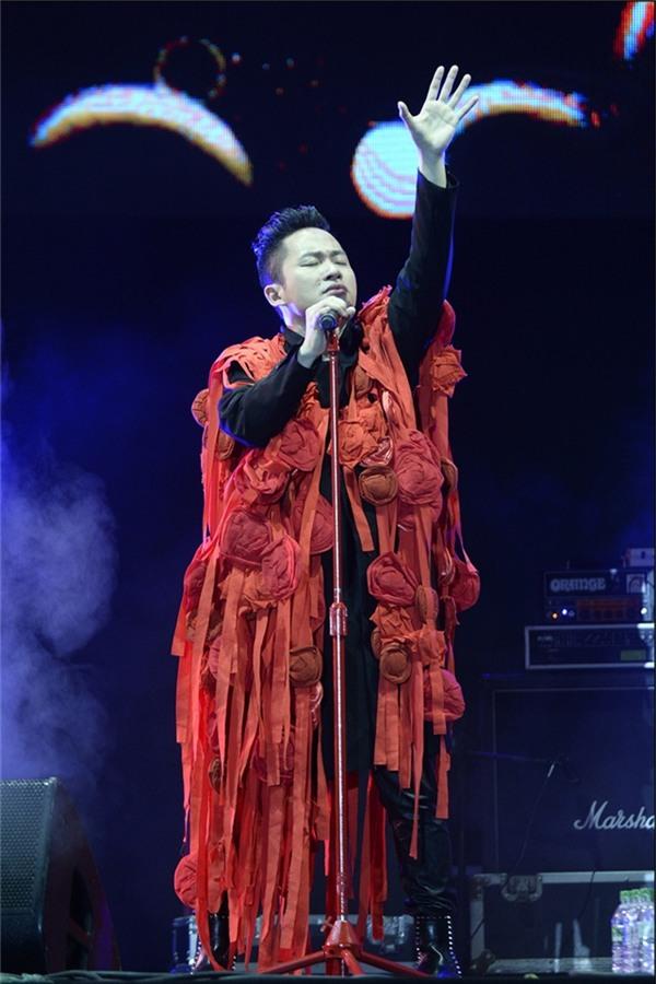 Loạt trang phục trình diễn kì dị, khó đỡ của sao Việt